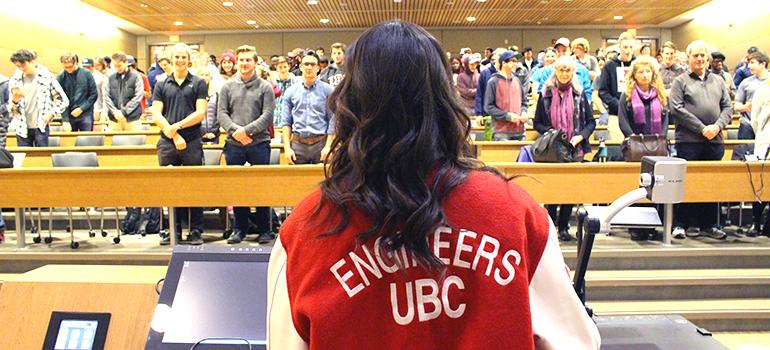 Engineering Society President, Aliyah Akkurt, leads 1st-year engineering students in the School of Engineering Code of Ethics.